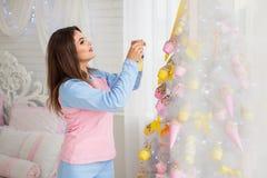 Árbol de navidad de adornamiento modelo bonito Fotografía de archivo