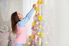 Árbol de navidad de adornamiento modelo hermoso Imagen de archivo libre de regalías
