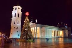 Árbol de navidad de Cathedral Basilica en Vilnius Foto de archivo