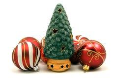 Árbol de navidad de cerámica y chucherías de Navidad Fotos de archivo
