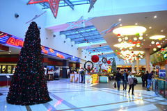 Árbol de navidad de la alameda adornado Fotos de archivo