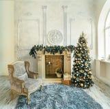 Árbol de navidad de la chimenea de la silla imágenes de archivo libres de regalías