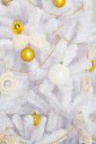 Árbol de navidad de la moda, blanco con las bolas del oro Foto de archivo libre de regalías