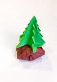 Árbol de navidad de la papiroflexia con estancia del Libro Verde en la roca con Br Fotografía de archivo libre de regalías