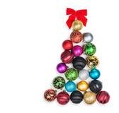 Árbol de navidad de las bolas coloreadas en un blanco Fotos de archivo libres de regalías