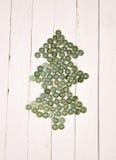 Árbol de navidad de los botones en una tabla de madera del fondo blanco Imagen de archivo