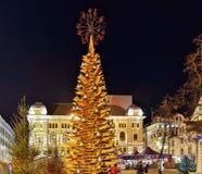 Árbol de navidad de madera en la ciudad vieja de Riga en la noche Foto de archivo libre de regalías