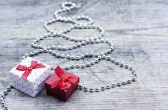 Árbol de navidad de plata con la tarjeta de felicitación de las cajas de regalo Imágenes de archivo libres de regalías