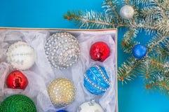 Árbol de navidad, decoraciones de la Navidad en una caja Imagenes de archivo
