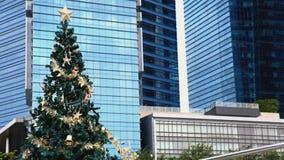 Árbol de navidad decorativo al aire libre almacen de video