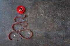 Árbol de navidad decorativo hecho de cinta rizada roja y de arco rojo foto de archivo
