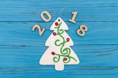 Árbol de navidad decorativo y Año Nuevo de los números 2018 en la tabla vieja de madera azul Imagenes de archivo