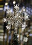 Árbol de navidad del copo de nieve de la estrella en fondo borroso Imagen de archivo