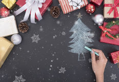 Árbol de navidad del dibujo de la mano con las decoraciones de la caja de regalo Foto de archivo