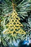 Árbol de Navidad del oro de las decoraciones de la Navidad en el pino al aire libre Fotos de archivo libres de regalías
