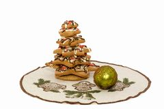 Árbol de navidad del pan de jengibre con la bola de la Navidad Imagen de archivo