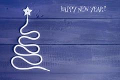 Árbol de navidad del símbolo de la muestra en un fondo de madera Una copia del espacio La idea de un feliz Año Nuevo Navidad Fotos de archivo