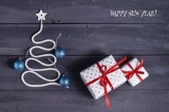 Árbol de navidad del símbolo de la muestra en un fondo de madera Una copia del espacio La idea de un feliz Año Nuevo Navidad Foto de archivo