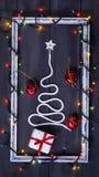 Árbol de navidad del símbolo de la muestra en un fondo de madera Una copia del espacio La idea de un feliz Año Nuevo Navidad Imágenes de archivo libres de regalías