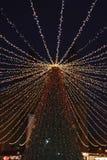 Árbol de navidad delante de la basílica de St Stephen en Budapest el 1 de enero de 2018 imagen de archivo libre de regalías