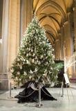 Árbol de navidad dentro del santo John Divine Church Fotos de archivo
