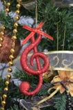 Árbol de navidad, detalles, notas musicales, bolas Foto de archivo libre de regalías