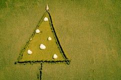 Árbol de navidad dibujado dentro de la arena Imágenes de archivo libres de regalías