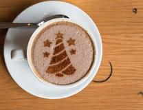 árbol de navidad, dibujando en la taza de café del arte del latte Imagenes de archivo