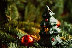Árbol de navidad a disposición aislado en el fondo blanco Foto de archivo libre de regalías
