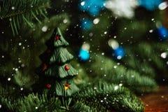 Árbol de navidad a disposición aislado en el fondo blanco Foto de archivo
