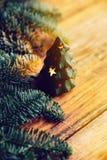 Árbol de navidad a disposición aislado en el fondo blanco Fotografía de archivo
