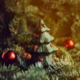 Árbol de navidad a disposición aislado en el fondo blanco Imagen de archivo