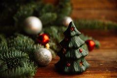 Árbol de navidad a disposición aislado en el fondo blanco Imagen de archivo libre de regalías