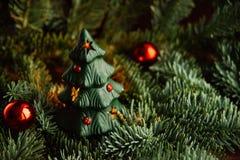 Árbol de navidad a disposición aislado en el fondo blanco Imágenes de archivo libres de regalías