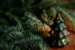 Árbol de navidad a disposición en el fondo blanco Fotos de archivo libres de regalías