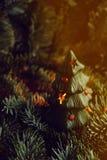 Árbol de navidad a disposición en el fondo blanco Foto de archivo