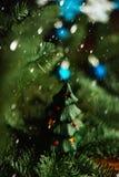 Árbol de navidad a disposición en el fondo blanco Imagen de archivo libre de regalías