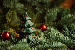 Árbol de navidad a disposición en el fondo blanco Fotografía de archivo
