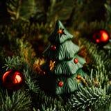 Árbol de navidad a disposición en el fondo blanco Imágenes de archivo libres de regalías