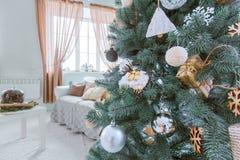 Árbol de Navidad e interior del día de fiesta del sitio Año Nuevo y feliz Christma Foto de archivo libre de regalías