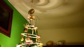 Árbol de navidad ecológico y moderno almacen de metraje de vídeo