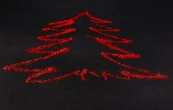 Árbol de navidad El brillo rojo se separó en fondo negro, abstracto Fotos de archivo