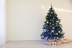 Árbol de navidad el día de la Navidad en un cuarto blanco con los regalos Imágenes de archivo libres de regalías
