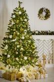 Árbol de navidad elegante adornado con las bolas de cristal que relucir y las luces de hadas Imágenes de archivo libres de regalías