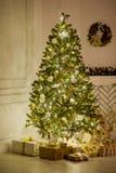 Árbol de navidad elegante adornado con las bolas de cristal que relucir y las luces de hadas Fotografía de archivo