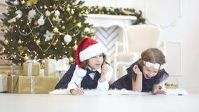 Árbol de navidad elegante adornado con las bolas de cristal que relucir y las luces de hadas almacen de metraje de vídeo