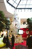 Árbol de navidad en alameda de compras de Rivetoile en Estrasburgo, Francia Fotos de archivo libres de regalías
