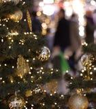Árbol de navidad en alameda de compras Foto de archivo