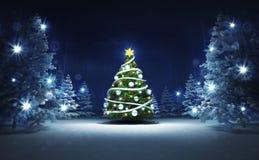 Árbol de Navidad en bosque mágico que brilla del invierno Fotos de archivo libres de regalías