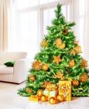 Árbol de navidad en casa Imágenes de archivo libres de regalías